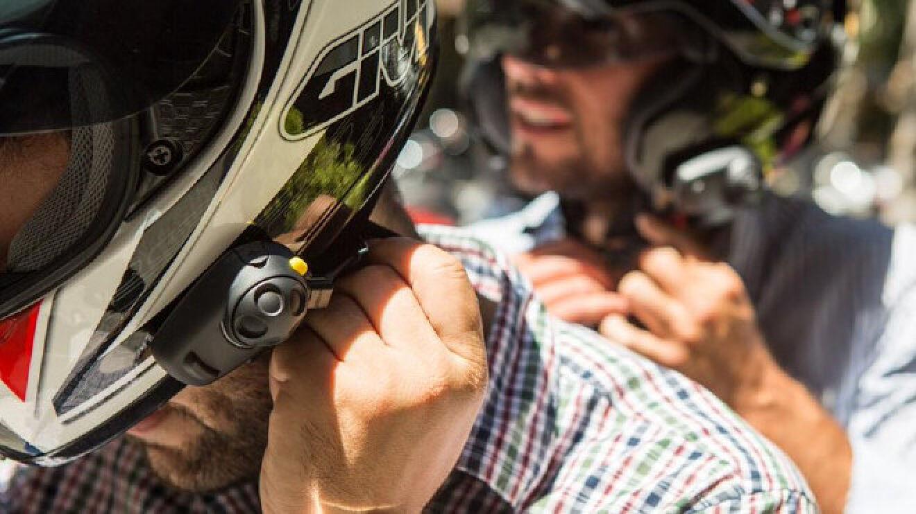 Una sentencia contra la DGT obliga a anular una multa a motorista por llevar instalado un dispositivo bluetooth en su casco