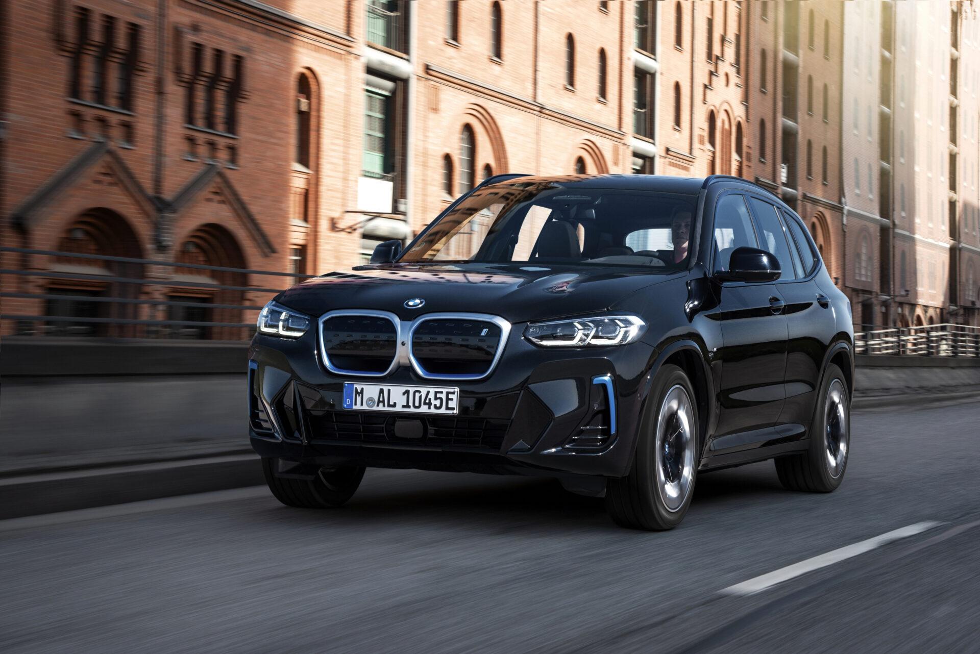 El BMW iX3 se pone al día con varias novedades en el plano estético y más equipamiento