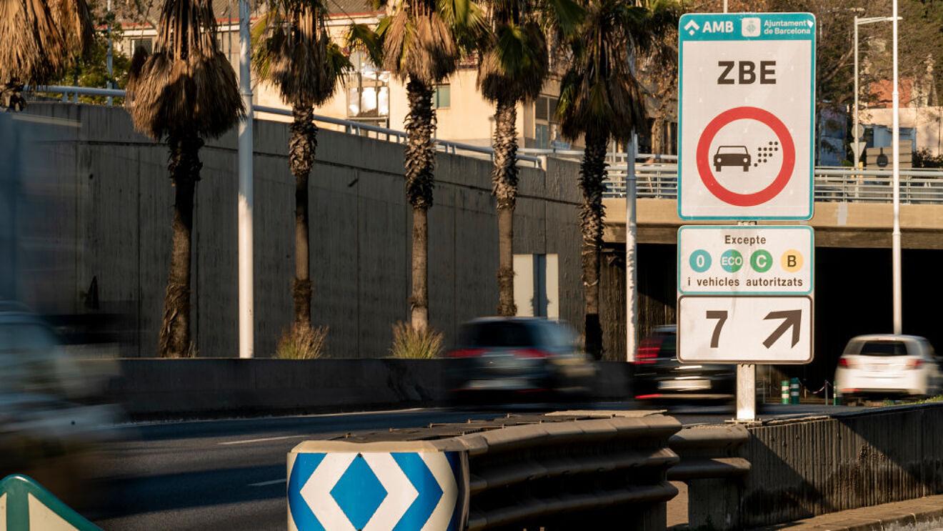 Los coches con etiqueta medioambiental B podrán seguir circulando por la Zona de Bajas Emisiones de Barcelona en 2022