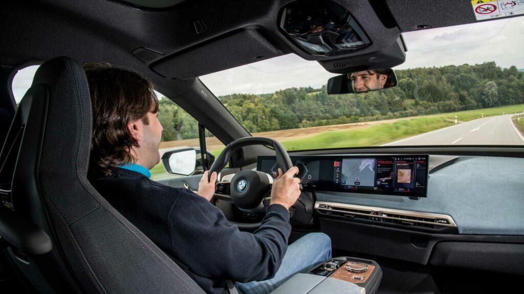 BMW iX conduciendo