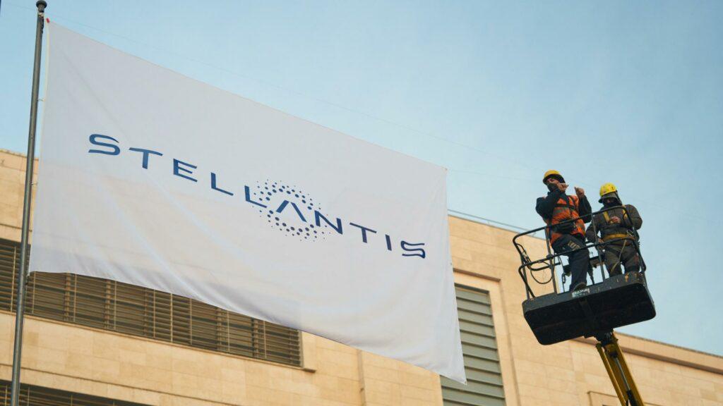 Bandera y logo Stellantis