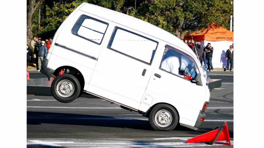 Durante las frenadas, las ruedas traseras se descargan bastante de peso