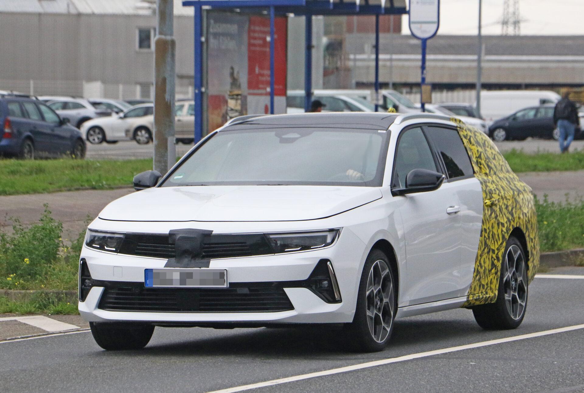 ¡Cazado! Primeras fotos espía del nuevo Opel Astra Sports Tourer 2022 rodando a plena luz del día