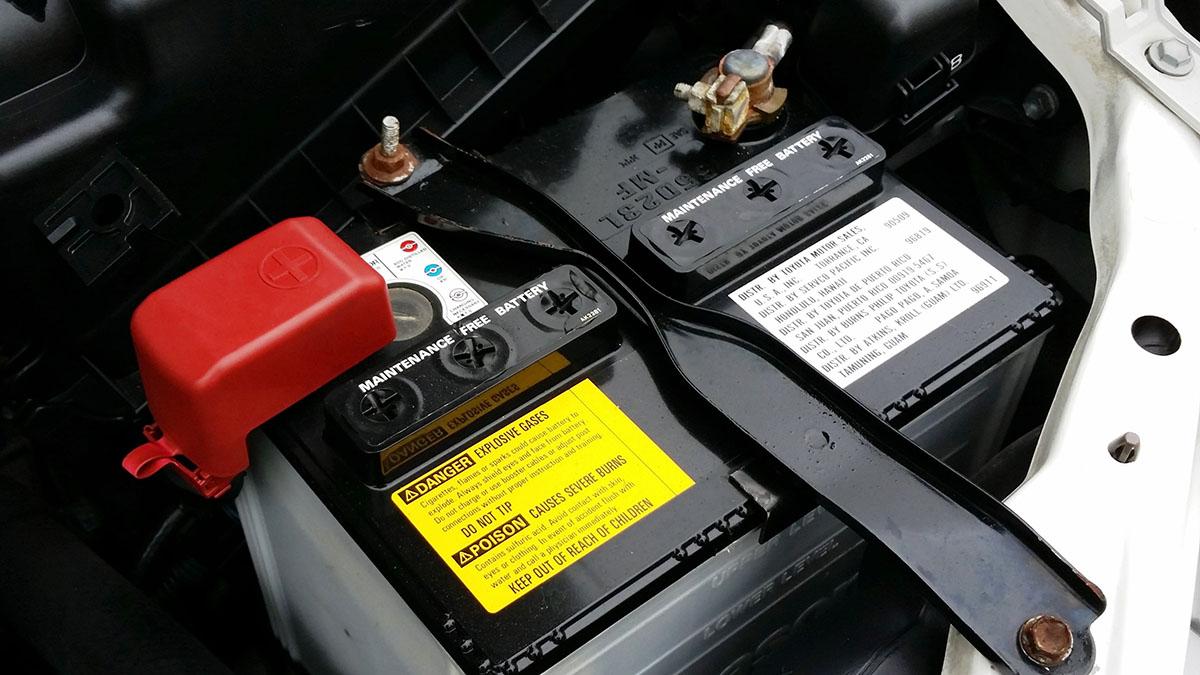 ¿Es conveniente proteger los bornes de la batería del coche con grasa?