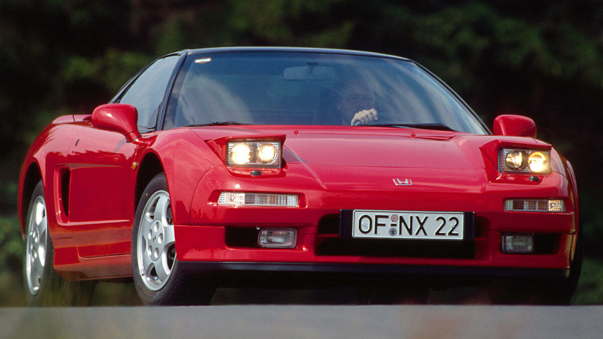 Los expertos señalan a la primera generación del Honda NSX como el automóvil japonés más célebre de los años 90… y en uno de los mejores deportivos de la historia. Apoyado en una relación peso potencia inferior a los 5,2 kilos/CV fue capaz de poner contra las cuerdas a superdeportivos como el Porsche 911 de la época y el Ferrari 348.