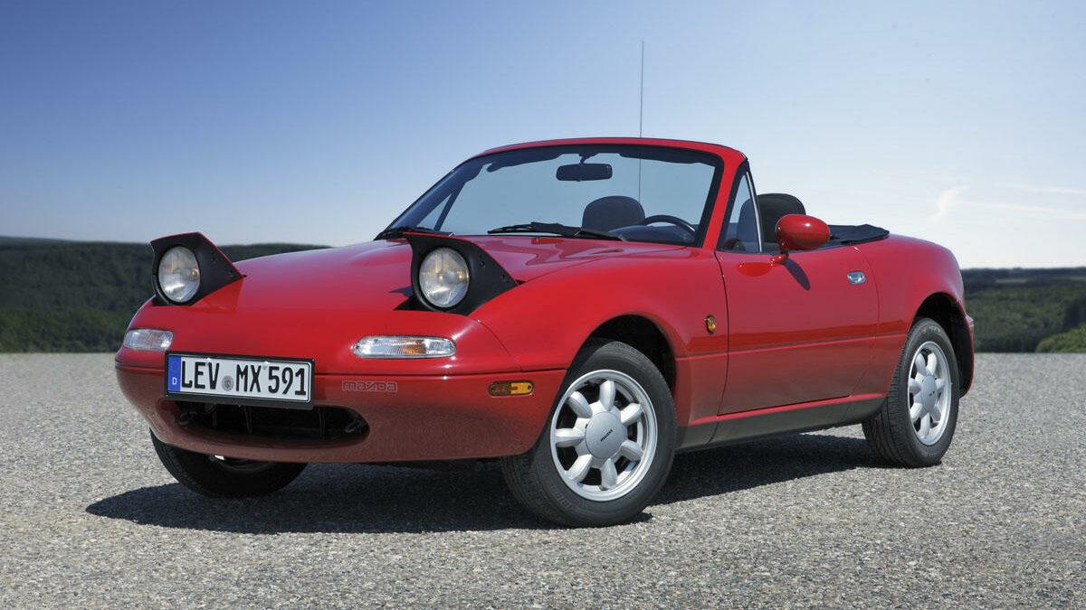 En 1989 llegaba al mercado la primera generación del Mazda MX-5, un roadster de dimensiones y peso contenido que, por concepto, se inspiraba en el de los descapotables británicos de los años 60.