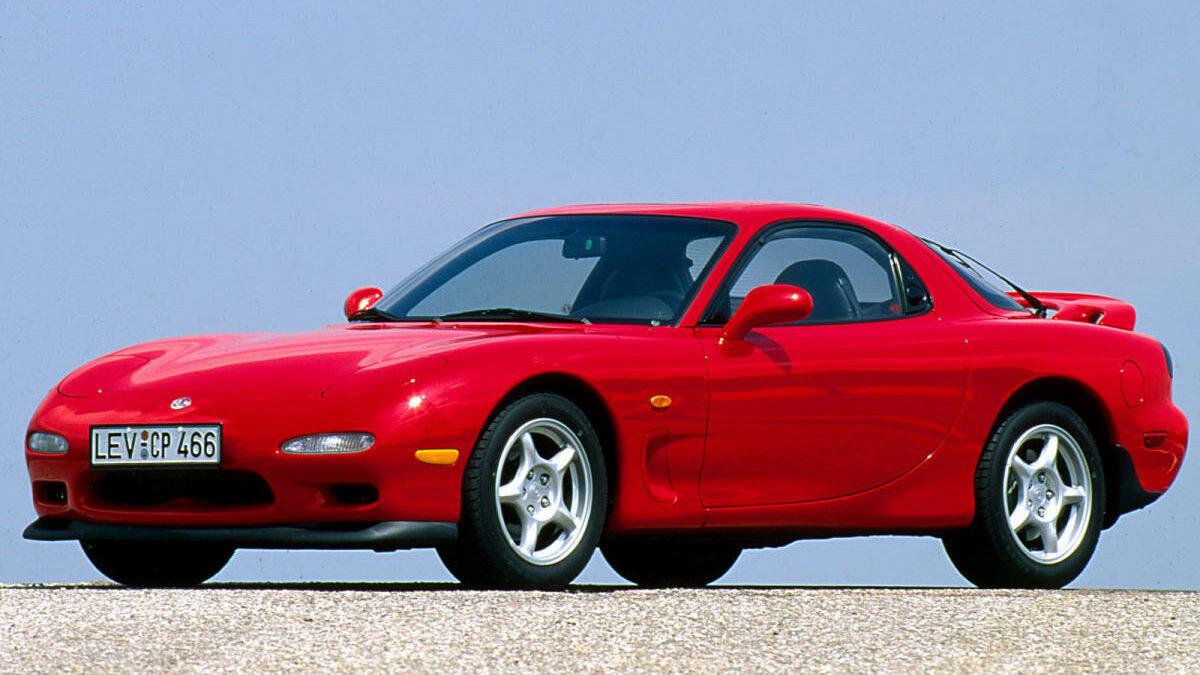Propulsado por un motor Wankel rotativo, biturbo, la tercera generación del RX-7 fue uno de los coupé japoneses más carismáticos de los 90. Su motor, capaz de revolucionarse casi hasta el infinito, contaba con dos rotores de 654 cc -en total cubicaba 1,3 litros-, sobrealimentado con dos turbocompresores Hitachi de funcionamiento secuencial: el primer turbo actuaba a partir de las 2.000 rpm y los gases de escape alimentaban de forma directa el segundo, de idéntico tamaño para, de esta forma, reducir el temido lag –retraso en la respuesta–.