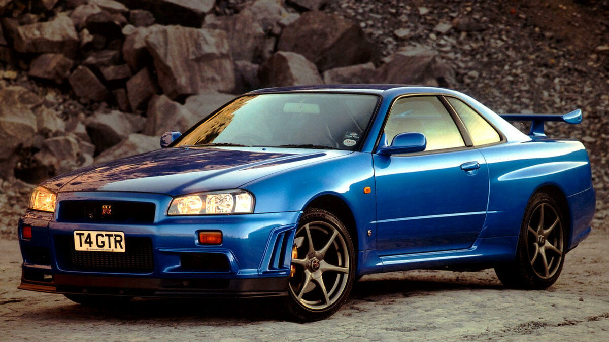 Aunque en los años 90 convivieron varias entregas del Nissan GT-R, la generación R34 fue la que sentó las bases de lo que es el GT-R actual: un poderoso motor biturbo de gasolina, tracción total y un comportamiento tremendamente eficaz. Eso sí, no se vendió en España.