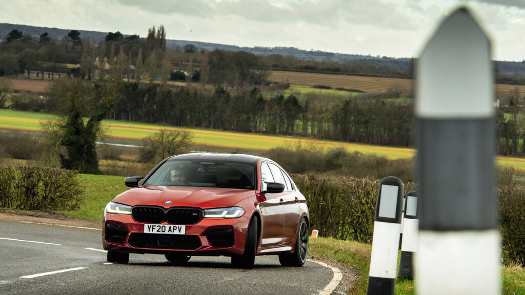 BMW M5 Competition rojo derrapando