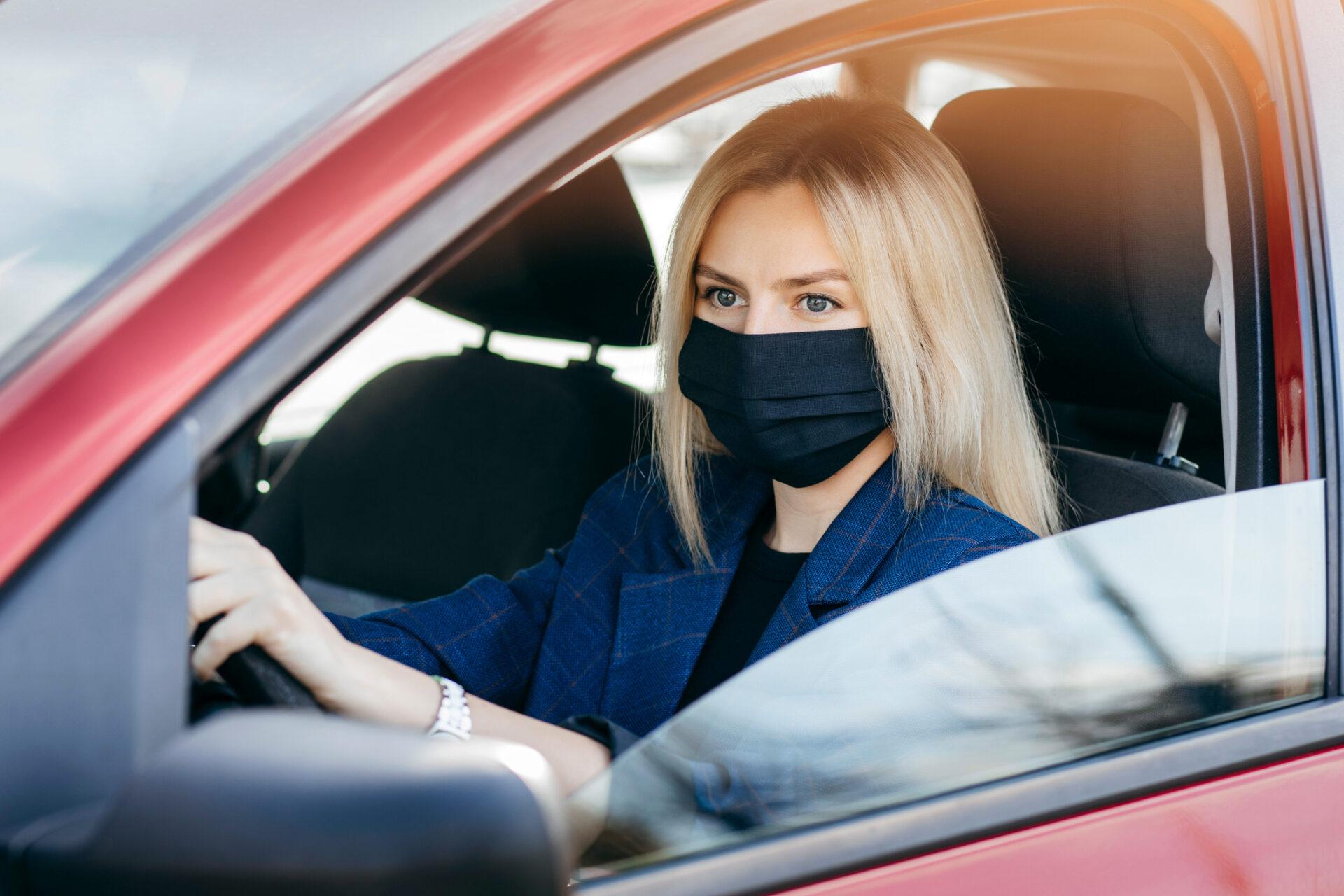 ¿Por qué ha prohibido la DGT las mascarillas negras en el examen teórico del carnet de conducir?